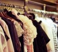 摆摊收获创业第一桶金,摆摊卖服装有这么赚钱?